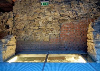 A Cella Septichora kijárata - szemben a középkori falak