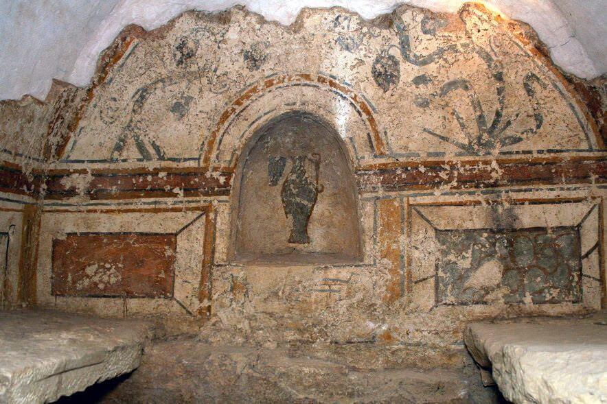 A Korsós sírkamra északi fala a fülkében lévő korsóval
